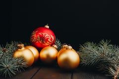 Boże Narodzenia, nowy rok zabawkarskich dekoracji złote piłki lub futerkowy gałąź wieśniak na drewnianym tle, odgórny widok, kopi obrazy royalty free