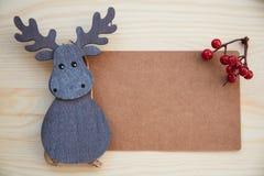 Boże Narodzenia obramiają: rożki, cynamon, jagody, acorn na drewno stole Obraz Stock