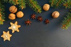 Boże Narodzenia obramiają tło z naturalnymi dekoracjami i ciastkami zdjęcia royalty free