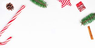Boże Narodzenia obramiają z świątecznymi dekoracjami jedlinowe gałąź, prezent bo Zdjęcia Royalty Free