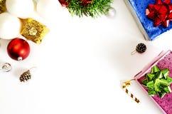 Boże Narodzenia obramiają z czerwoną piłki i giftbox dekoracją na białych półdupkach zdjęcia stock
