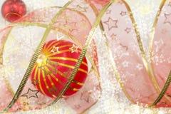 Boże Narodzenia ornamentują i dekoracyjna błyszcząca czerwona taśma Fotografia Stock