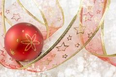 Boże Narodzenia ornamentują i dekoracyjna błyszcząca czerwona taśma Obraz Stock
