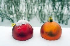 Boże Narodzenia ornamentują w śniegu Zdjęcia Royalty Free