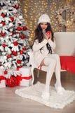 Boże Narodzenia Piękna ładna kobieta w białym knitwear pulowerze, handmade kapelusz i wygodne skarpety, relaksujemy na trykotowej obraz stock