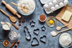 Boże Narodzenia - piec piernikowych ciastek tortowego tło Ciasto dekoracje na stole od above i składniki Zdjęcia Stock