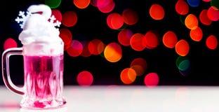 Boże Narodzenia piją strzał w strzału szkle na bokeh tle, Bożenarodzeniowa dekoracja na barze, xmas przyjęcie zdjęcie stock