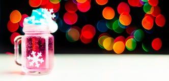 Boże Narodzenia piją strzał w strzału szkle na bokeh tle, Bożenarodzeniowa dekoracja na barze, xmas przyjęcie obraz royalty free