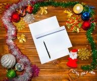 Boże Narodzenia piszą list, spisują, gratulacje na drewnianym tle, Zdjęcie Stock