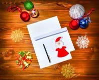 Boże Narodzenia piszą list, spisują, gratulacje na drewnianym tle, Zdjęcia Stock