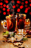 Boże Narodzenia rozmyślali czerwone wino z dodatkiem pikantność i pomarańcz Zdjęcie Stock