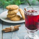 Boże Narodzenia Rozmyślali wino z ciastkami na drewnianym tle zdjęcia royalty free