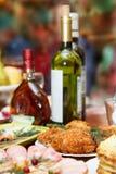 Boże Narodzenia Stołu set, boczny widok Mięsa na wakacje stole Pokrojony solony śledź na białym talerzu z ziele, cytryną i oliwka Obraz Stock