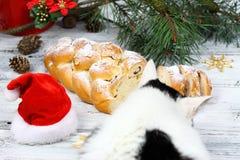 Boże Narodzenia stollen z sproszkowanym cukierem obraz stock