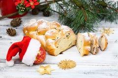 Boże Narodzenia stollen z sproszkowanym cukierem fotografia stock