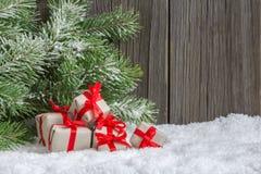 Boże Narodzenia stwarzają ognisko domowe dekorację z małymi prezentami fotografia royalty free