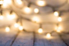 boże narodzenia tło boże narodzenia Bokeh światła nad drewnianymi wihte wieśniaka deskami zdjęcia royalty free