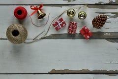 Boże Narodzenia, tło, deska, pudełko, rożek, kopia, wystrój, dekoracja jedlinowa, świąteczny, prezent, wakacje obraz stock