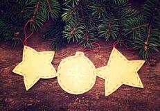 Boże Narodzenia tapetują dekoracyjne zabawki z jedlin gałąź Zdjęcie Stock