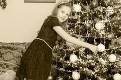 boże narodzenia target2136_0_ małego dziewczyny drzewa obrazy stock