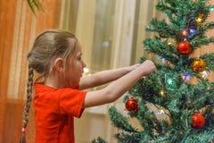 boże narodzenia target2136_0_ małego dziewczyny drzewa obraz stock