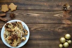 Boże Narodzenia tortowi i piernikowy ciastko na brązu stole Odgórny widok zdjęcie royalty free