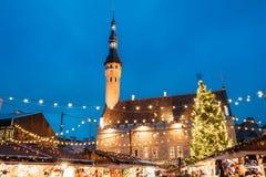 Boże Narodzenia wprowadzać na rynek na urzędu miasta kwadracie w Tallinn, Estonia Święta moje portfolio drzewna wersja nosicieli Obrazy Royalty Free