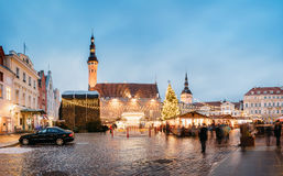 Boże Narodzenia wprowadzać na rynek na urzędu miasta kwadracie w Tallinn, Estonia Święta moje portfolio drzewna wersja nosicieli Zdjęcia Stock