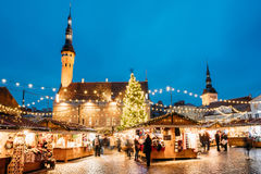 Boże Narodzenia wprowadzać na rynek na urzędu miasta kwadracie w Tallinn, Estonia Choinka I Handlarscy domy Z sprzedażą Bożenarod Obrazy Royalty Free