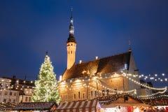 Boże Narodzenia wprowadzać na rynek na urzędu miasta kwadracie w Tallinn, Estonia boże narodzenie prezentów white izolacji Fotografia Stock