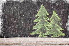 Boże Narodzenia wręczają patroszonemu xmas jedlinowego drzewa na kredowej desce Fotografia Royalty Free