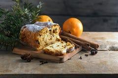 Boże Narodzenia zasychają, w Germany christstollen z jedlinowymi gałąź, Oran Zdjęcia Stock