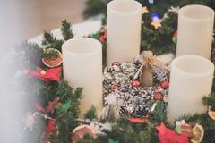 Boże Narodzenia zasychają z nastanie aniołem w środku i wiankiem obraz royalty free