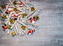 Boże Narodzenia zgłaszają dekorację z małymi Santas obrazy royalty free