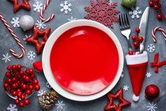 Boże Narodzenia zgłaszają miejsca położenie z pustym czerwień talerzem, cutlery w s Obraz Royalty Free