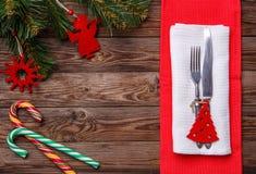 Boże Narodzenia zgłaszają miejsca położenie z rozwidleniem i nóż, dekorujący boże narodzenia bawi się - czerwonej jedliny, dwa li Zdjęcia Stock