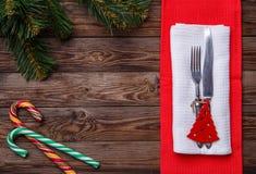 Boże Narodzenia zgłaszają miejsca położenie z rozwidleniem i nóż, dekorujący boże narodzenia bawi się - czerwonej jedliny, dwa li Obraz Royalty Free