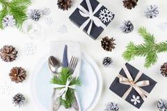 Boże Narodzenia zgłaszają położenie z talerzami, silverware, teraźniejszość i dekoracjami, Odgórny widok zdjęcia stock