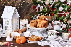 Boże Narodzenia zgłaszają z tortem i cukierkami fotografia stock
