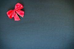 Boże Narodzenie łęk na czarnym brezentowym tle Fotografia Stock