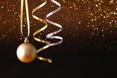 boże narodzenie świąteczna drzewna balowa dekoracja przed czarnym backgro Fotografia Royalty Free