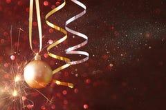boże narodzenie świąteczna drzewna balowa dekoracja przed czarnym backgro Zdjęcia Royalty Free