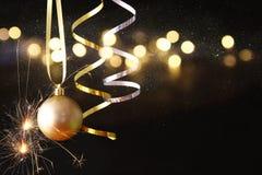 boże narodzenie świąteczna drzewna balowa dekoracja przed czarnym backgro Zdjęcia Stock