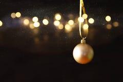 boże narodzenie świąteczna drzewna balowa dekoracja przed czarnym backgro Fotografia Stock