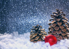 Boże Narodzenie błyskotliwości srebra tło, czerwona piłka Zdjęcie Stock