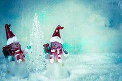 boże narodzenie bałwan oblicza dekorację, choinka i śnieg obraz royalty free