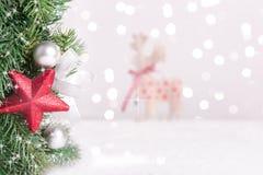 Boże Narodzenie dekorująca jodła rozgałęzia się z śniegiem i zamazanym tłem royalty ilustracja