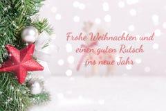 Boże Narodzenie dekorująca jodła rozgałęzia się z zamazanym reniferem i tłem royalty ilustracja