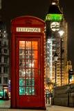 Boże Narodzenie dekorujący klasyczny telefon boksuje w Westminister, Londyn Obraz Royalty Free
