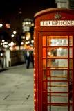 Boże Narodzenie dekorujący klasyczny telefon boksuje w Westminister, Londyn Zdjęcia Royalty Free